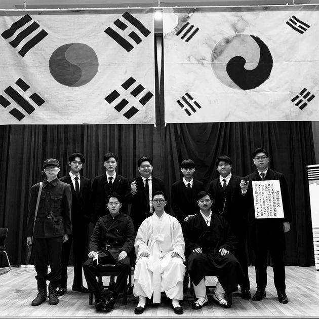 대한민국임시정부 독립운동가로 분장한 의정부고 학생들. 흑백