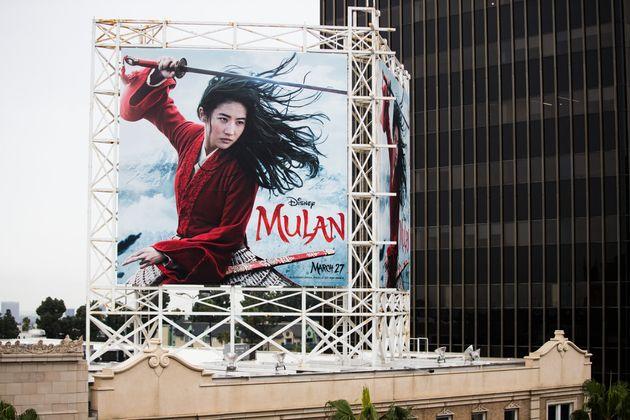 『ムーラン』のハリウッド屋外広告=2020年3月13日撮影