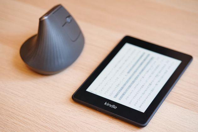 平日は、お気に入りのマウスの横が、Kindle