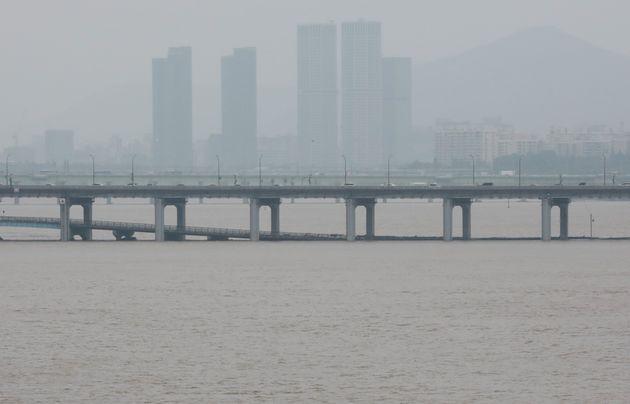 계속되는 중부지방 폭우로 한강수위가 상승하면서 4일 서울 잠수교가 물에 잠겨 있다.
