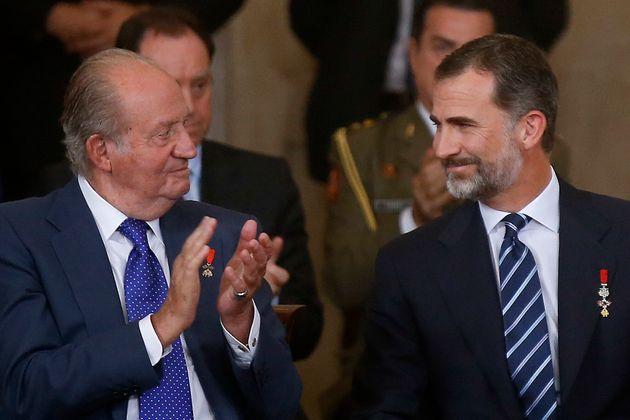 Los reyes Juan Carlos I y Felipe VI, en un acto en el Palacio Real el 24 de junio de 2015 (Andrea Comas/Pool...