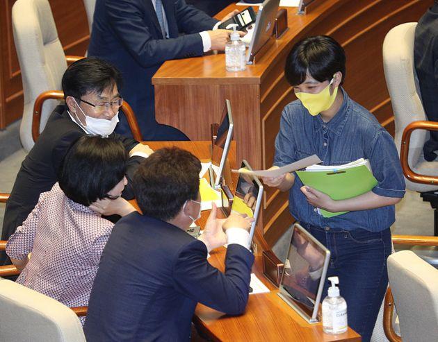류호정 정의당 의원이 30일 오후 서울 여의도 국회에서 열린 제380회국회(임시회) 제7차 본회의에서 의원들에게 법률안 공동 발의를 요청하고