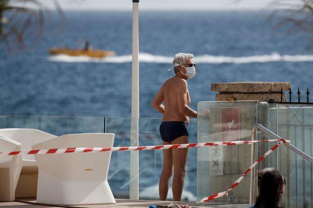 Un turista en un hotel de Tenerife (AP Photo/Joan