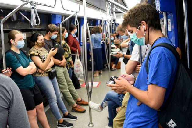 Pasajeros del metro de Lausanne, Suiza, el pasado julio, con