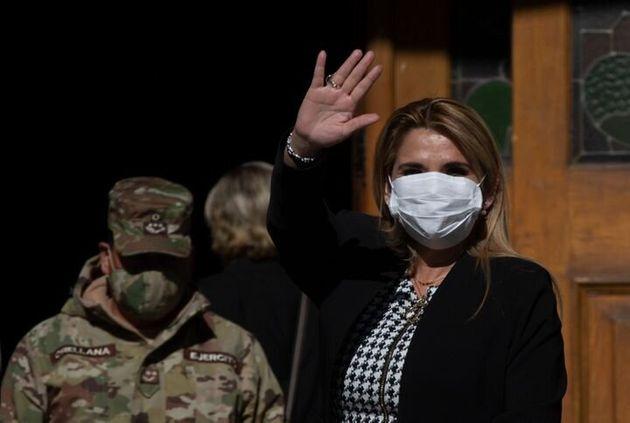 La presidenta interina de Bolivia, Jeanine Áñez, tomó el poder tras el golpe de...