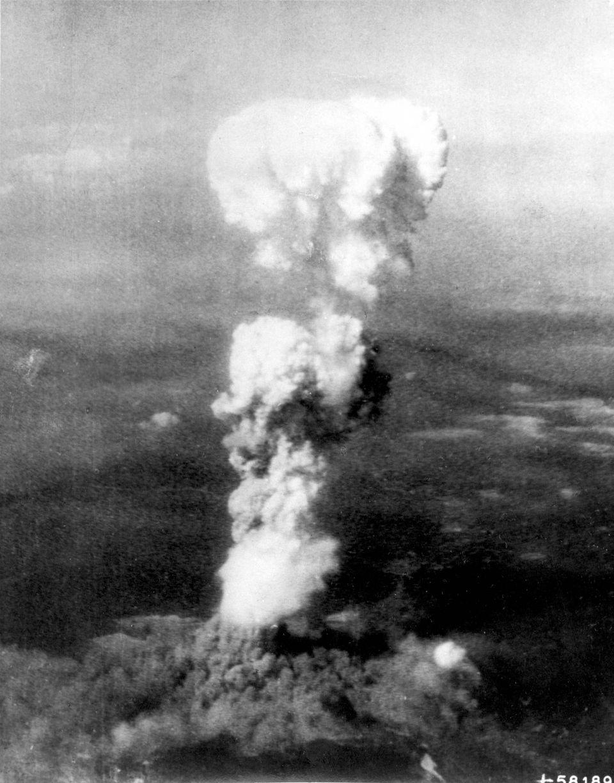Imagem da explosão causada pela bomba nuclear sobre Hiroshima, em 6 de agosto de