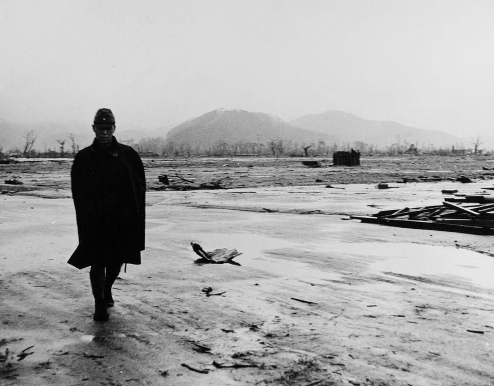 Soldado japonês caminha numa Hiroshima devastada pela bomba, em setembro de
