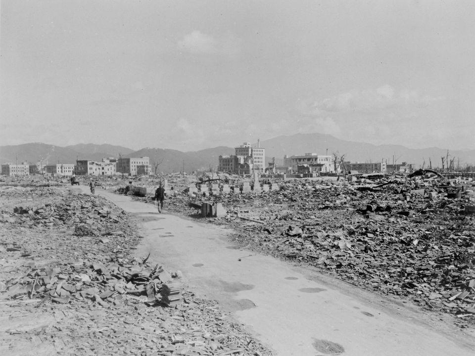 Pessoas caminham por Nagasaki 3 anos depois de a cidade ser destruída por uma bomba