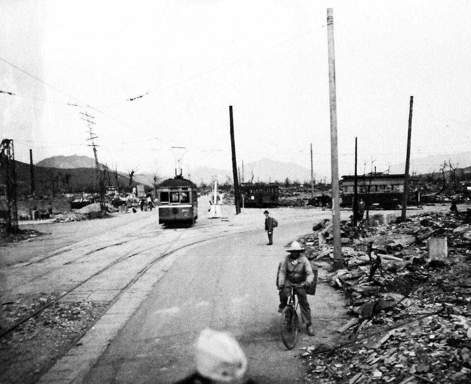 Pessoas percorrem as ruas destruídas de Hiroshima, em