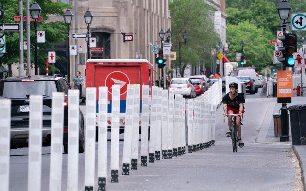 Une cycliste circule dans un corridor réservé à