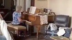 Μια ηλικιωμένη παίζει στο πιάνο μια υπέροχη μελωδία μέσα στο κατεστραμμένο της σπίτι στη Βηρυτό