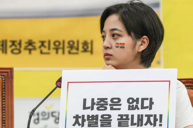 류호정 정의당 의원이 6월 14일 서울 여의도 국회에서 열린 '차별금지법 제정 추진 기자회견'에서 생각에 잠겨