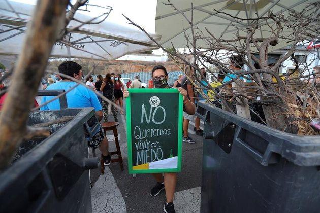 Una mujer protesta en Tante contra la reubicación de los