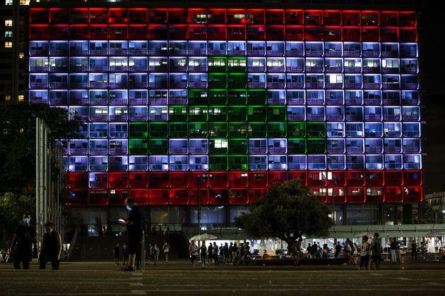 Tel Aviv abbraccia Beirut e si tinge dei colori della bandiera libanese