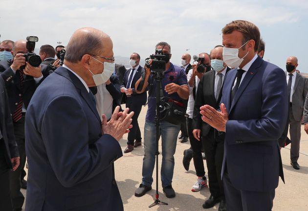 Le président libanais Michel Aoun et Emmanuel Macron lors de sa visite après l'explosion qui ravagé le...