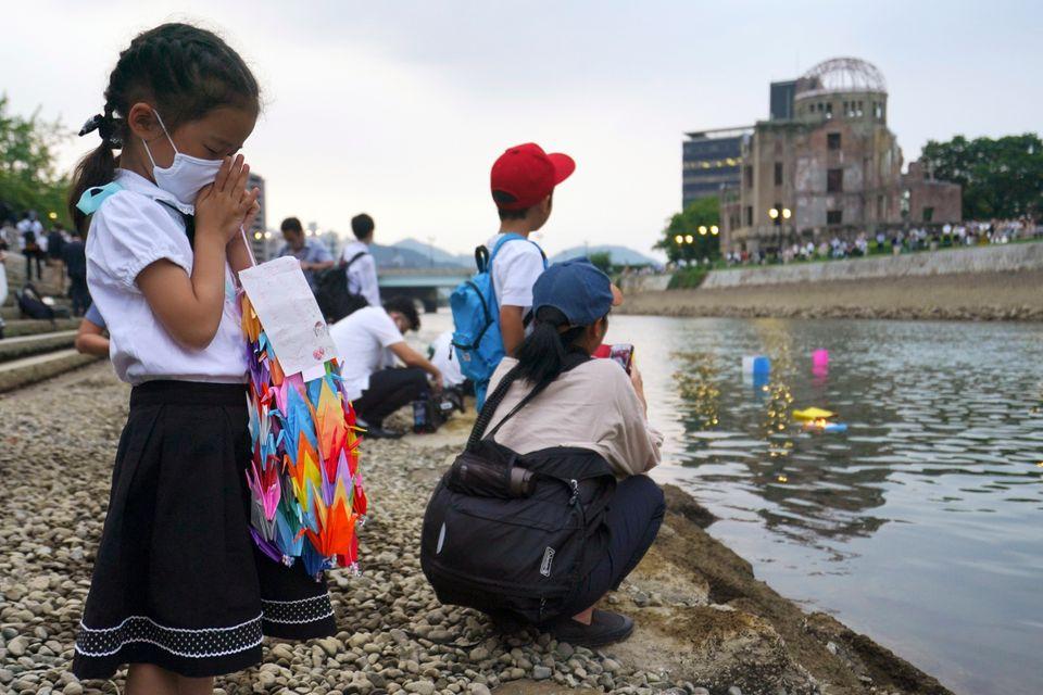 Saki Morioki, de 5 anos, reza em frente ao Domo da Bomba Atômica, um dos principais símbolos...