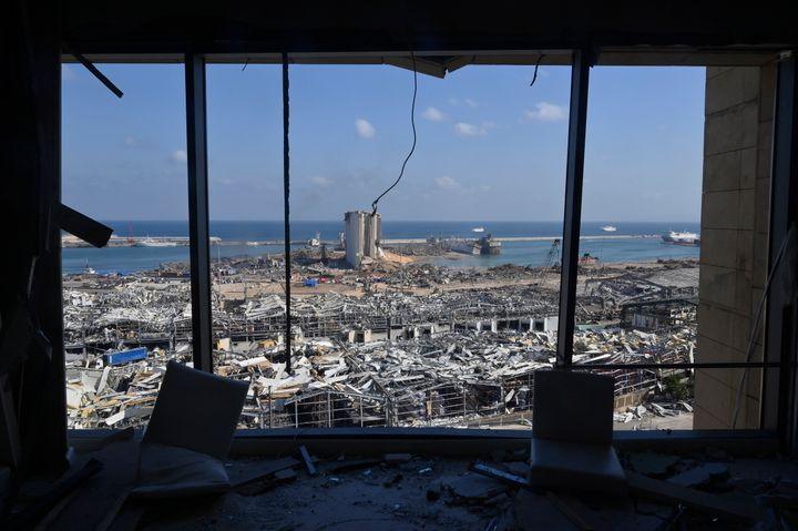 Une photo montrant les dommages causés au port de Beyrouth à partir d'un édifice atteint par l'explosion du 4 août.