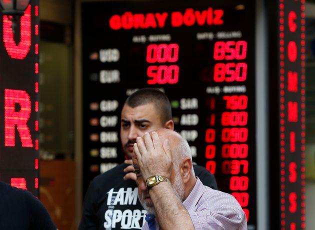 Τουρκία: Σε νέο ιστορικό χαμηλό κατρακύλησε η