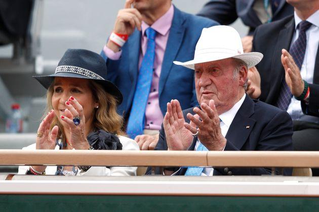El rey Juan Carlos y la infanta Elena ven jugar a Rafa Nadel en la final del torneo Roland Garros, en...