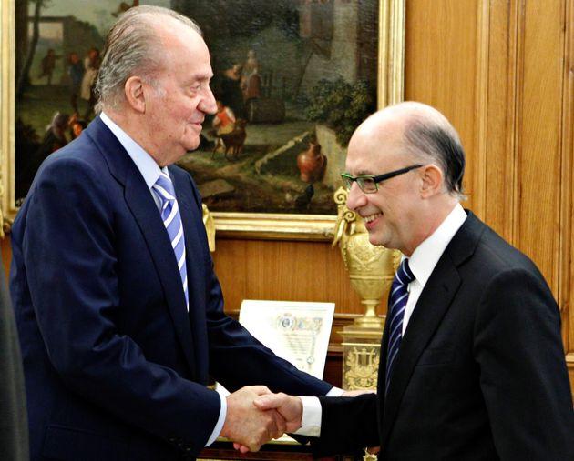 El rey Juan Carlos recibe al ministro de Hacienda, Cristóbal Montoro, en un Consejo de Ministros...
