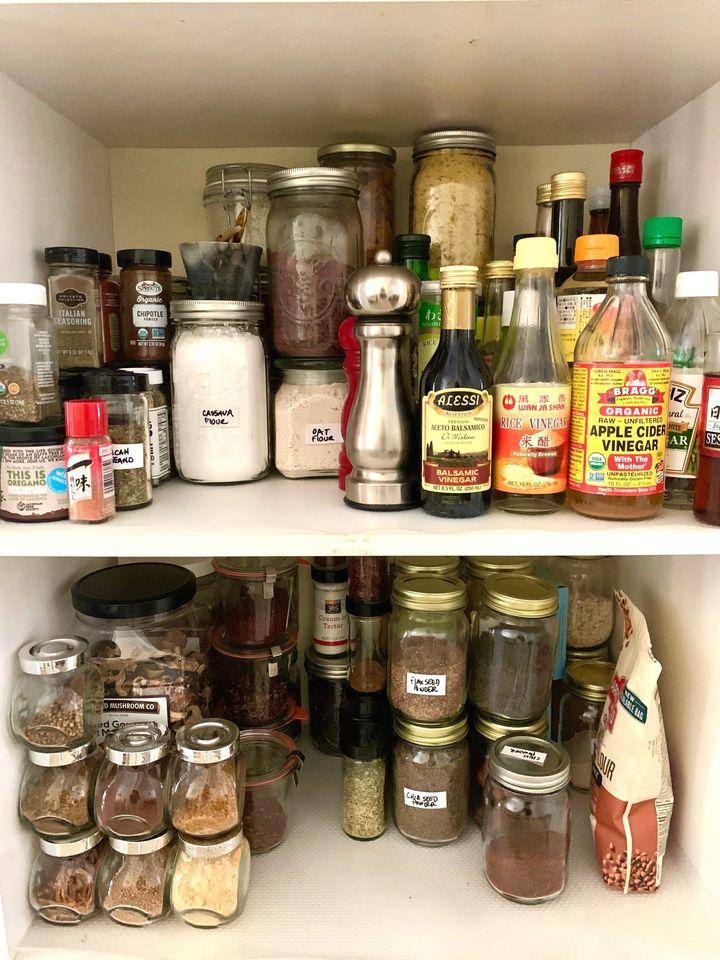 Guarde os ingredientes que você usa com menos frequência nas prateleiras mais altas ou no fundo das prateleiras.