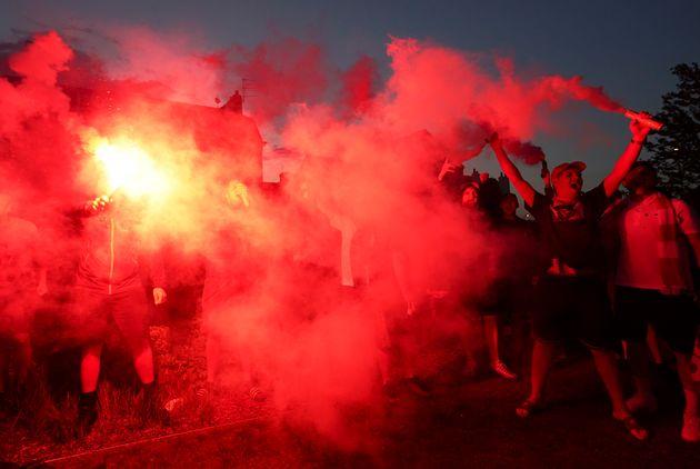 Aficionados celebran con bengalas y humo la victoria del
