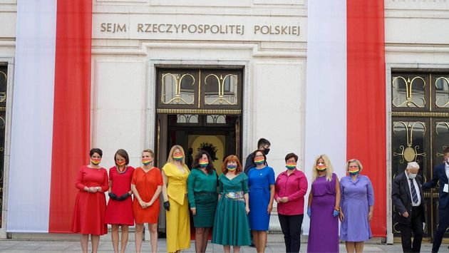 Membros da oposição do parlamento polonês formaram um arco-íris com suas roupas...