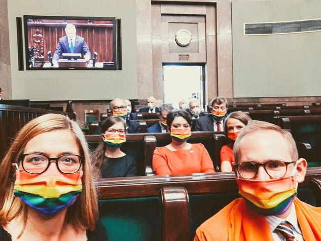 Membros do parlamento usam máscaras com as cores do movimento