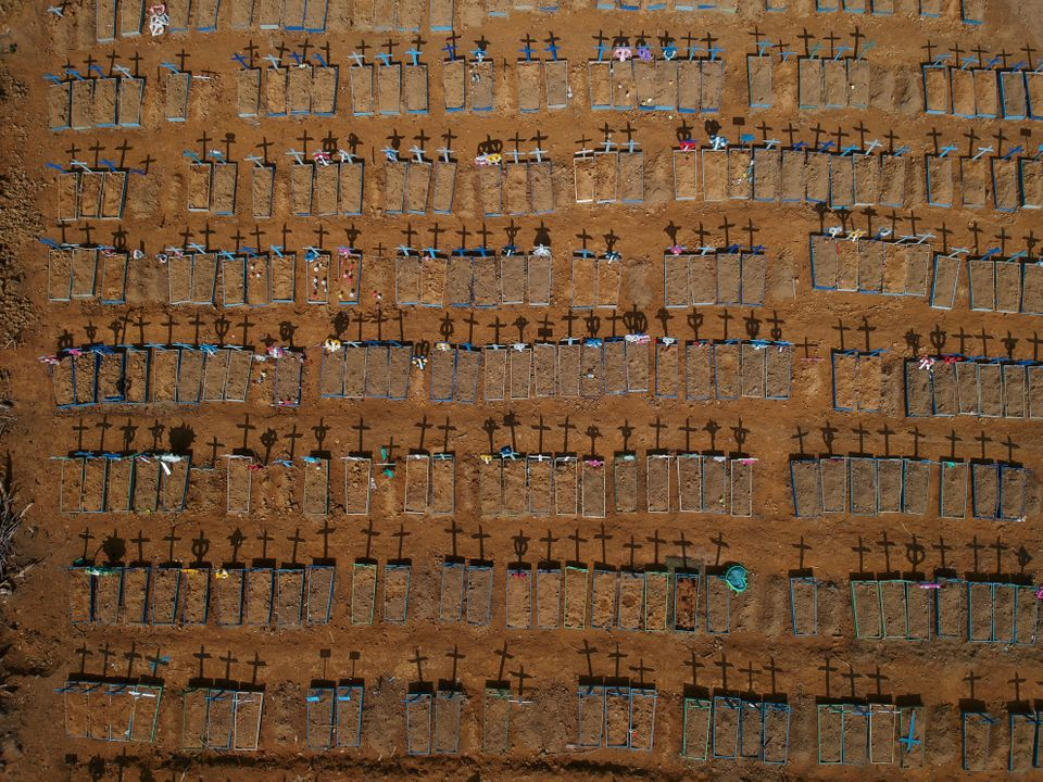Vista aérea de cruzes projetando sombras no cemitério do Parque Tarumã, em