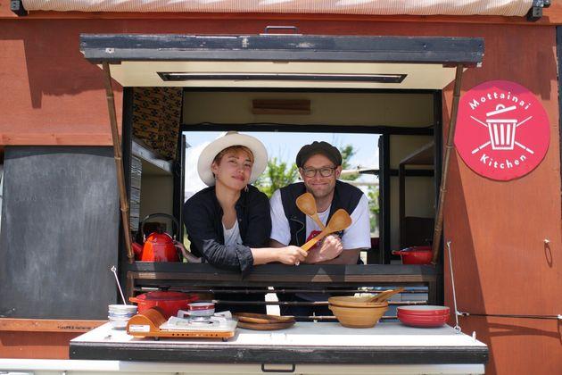 映画『もったいないキッチン』より、ダーヴィド・グロス監督(右)と塚本ニキさん(左)