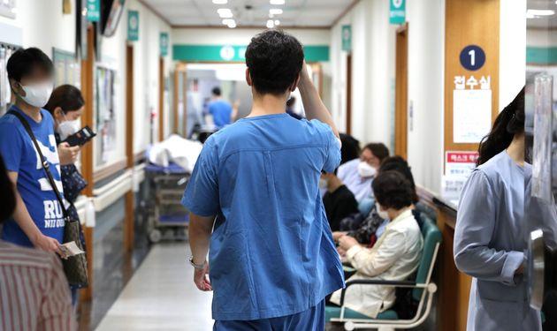 (자료사진) 서울 종로구 서울대병원에서 의료진이 환자들 사이를 지나가고있다.