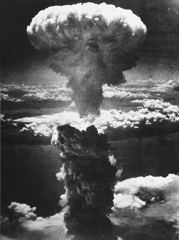 長崎市への原子爆弾投下に伴って発生したキノコ雲。米軍の爆撃機B29から撮影。