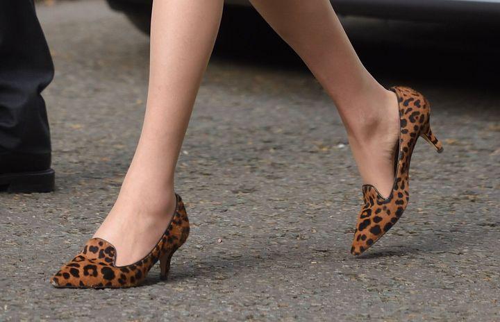 영국의 테리사 메이 총리는 런던 다우닝가 10번지로 가며 표범무늬 구두를 신었다.