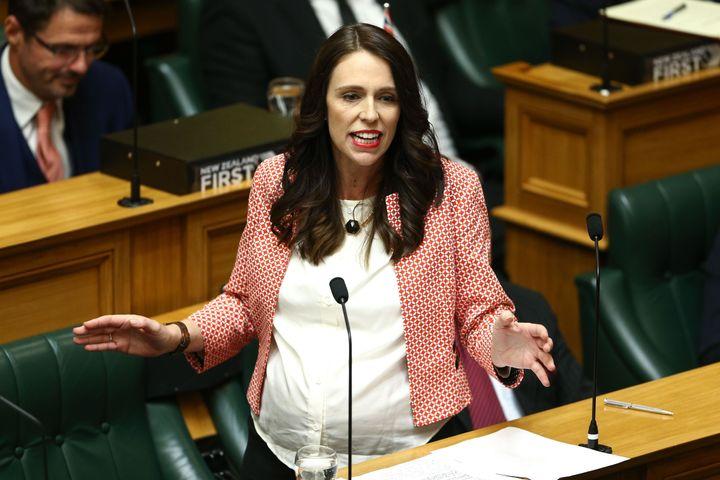 재신다 아던 총리가 2018년 5월 17일 뉴질랜드 웰링턴에서 열린 2018년도 예산 발표회에서 의회에서 연설하고 있다.