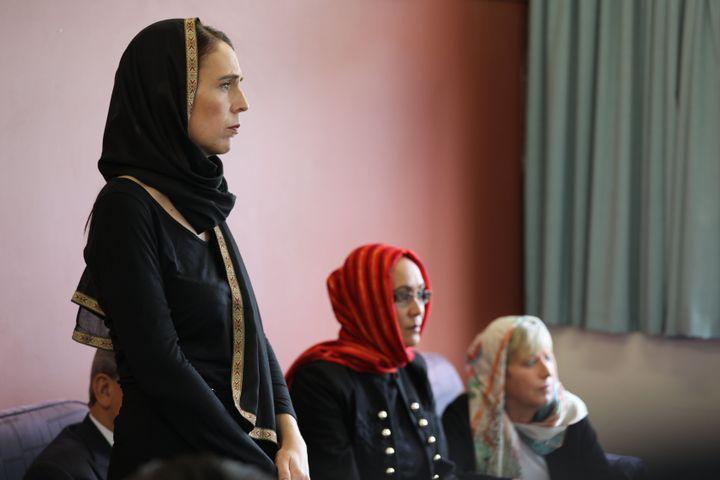 아던은 2019년 3월 16일 이슬람 사원에서 학살 사건이 발생하자 이슬람 공동체 대표들과 만났다.