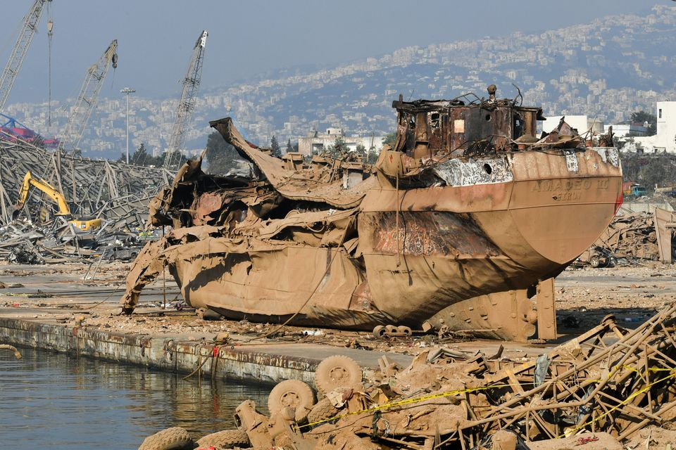 6일 베이루트 항구에서 보관 중이던 배 한 척이 폭발로 찌그러진