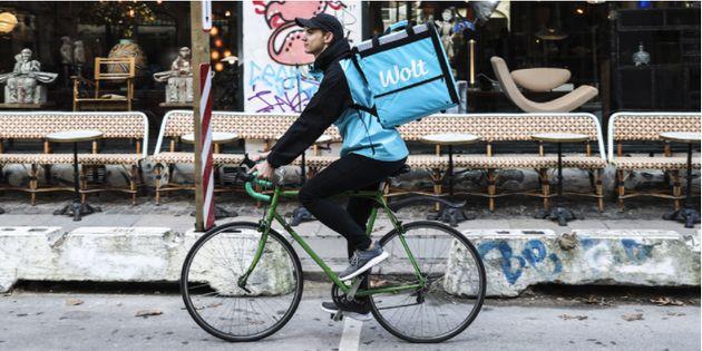 ウーバーイーツのフィンランド版Wolt(ウォルト)の配達員。ユーザーがアプリを通して飲食店から食事を注文し、受け取りはテイクアウトか配達から選択できる