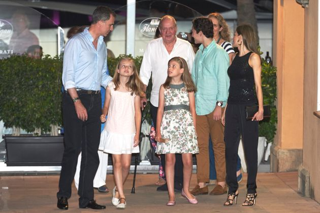 El rey Felipe y su padre, Juan Carlos, saliendo a cenar con sus familias en Palma, en