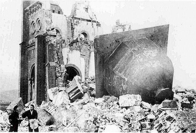 爆心地からわずか500メートルの位置にあったカトリック教会の大聖堂「浦上天主堂(うらかみてんしゅどう)」。熱線と爆風で甚大な被害を受けたが、建物の一部が残っていた。1946年1月撮影。