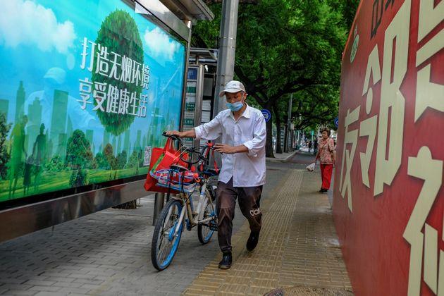 Un hombre lleva mascarilla en Pekín el 24 de junio de 2020 (DI YIN/Getty