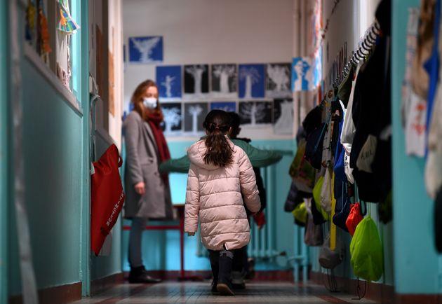 Dans les couloirs de l'école Saint-Germain de Charonne, à Paris, le 14 mai