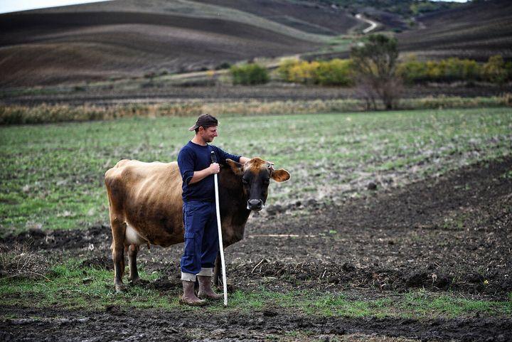 Margherita e il suo custode Mariano, giovane fattore albanese che vive con il papà sul lago di Serra del Corvo, nel Basentello