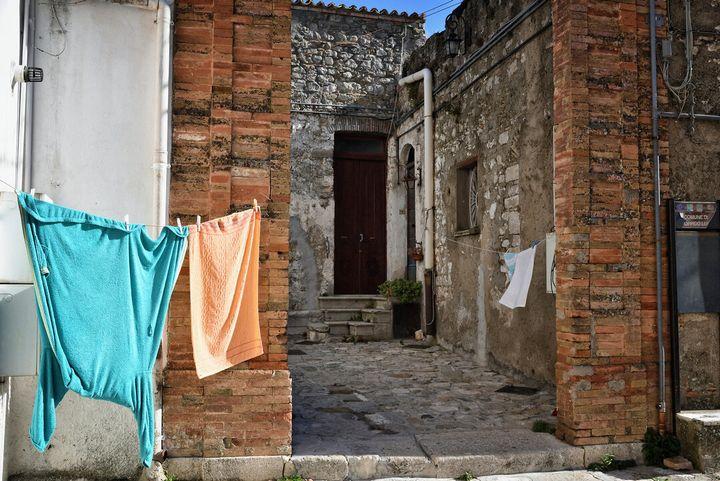 Vicolo di Genzano con i panni stesi al sole