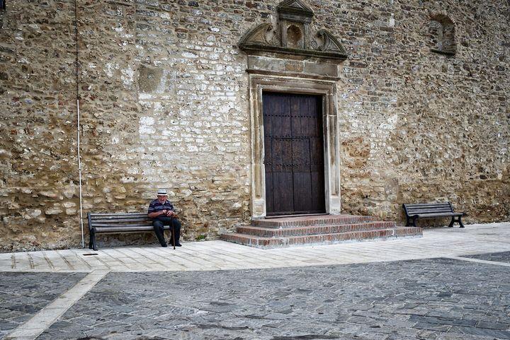 Un anziano signore conta i soldi della pensione, a Grottole