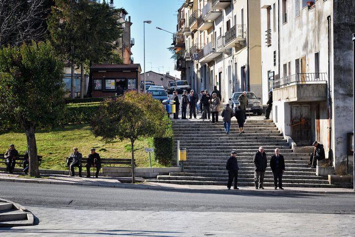 Il raduno pomeridiano degli anziani in piazza a Oppido lucano