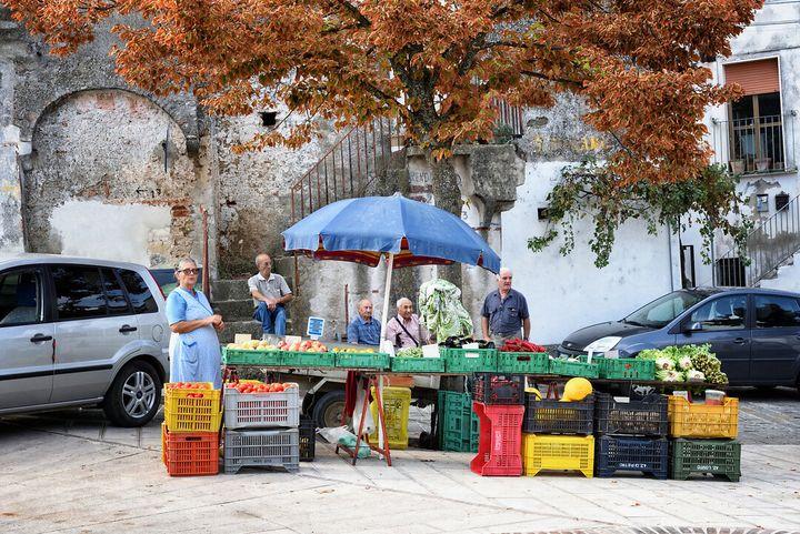 Contadini locali vendono frutta per strada a Grottole
