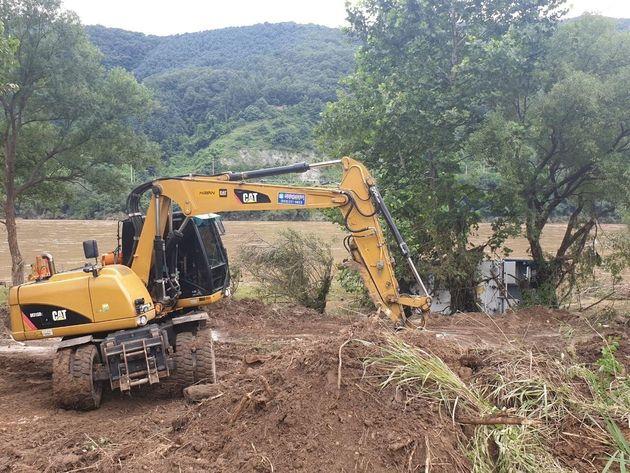 의암댐 사고 실종수색 3일째인 8일 오전 경기 가평군 가평읍 경강대교 위쪽에서 발견된 의암댐 실종 경찰정 인양을 위해 관계당국이 길을 터는 작업을 하고