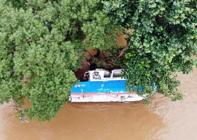 의암댐 선박 전복 사고 발생 사흘째인 8일 경찰이 강원도 춘천시 남산면 서천리 경강대교 상류 1.6km 지점에서 발견된 경찰정을 조사하고