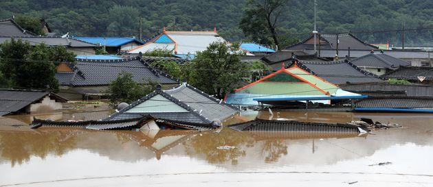 전북지역에 호우경보가 발령된 8일 전북 순창군 유등면 외이마을 주택들이 침수돼