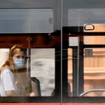 Vietato guardarsi in faccia sui mezzi pubblici: arriva il distanziamento